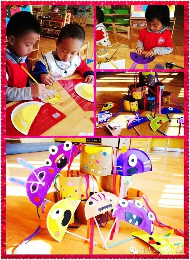 """万圣节,一个充满神秘的节日,也是孩子们最喜欢的节日,龙湖园准备了""""鬼脸""""南瓜、稀奇古怪的面具、蜘蛛网……不但让孩子们了解各国的文化知识,还让家长们了解了北大公学,感受我们国际幼儿园的文化底蕴与品牌特色及我们的教育理念。    北大公学青岛天玺国际幼儿园 给孩子们一个惊喜,开启嗨皮的序幕,狂欢一整天!教师开场热舞炫酷全场!T台亲子化妆秀场,家长孩子各种搞怪亲子装闪亮T台!狠狠地狂、狠狠地欢!  北大公学济南国际花都幼儿园 万圣节,园内的孩子们自己亲手画南瓜"""
